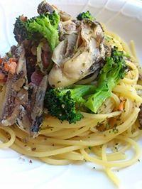 オイルサーディンと牡蠣とスモークサーモンのパスタ